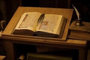 9457416-tabla-con-los-libros-antiguos-vintage